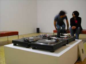 4 turntables on a platform and 4 dubplates with locked grooves